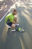 ухаживайте его теннис ботинка человека связывая вертикаль Стоковое Фото