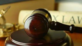 Ухаживайте концепцию судебного процесса правосудия закона с молотком и молотком сток-видео