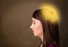 Ухищренная девушка думая с иллюстрацией головы машины Стоковое Фото