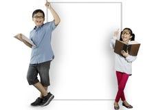 2 ухищренных студента полагаясь на whiteboard Стоковые Изображения