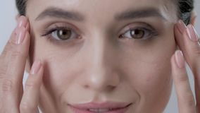 Уход за лицом Кожа привлекательной женщины касающая под крупным планом глаз акции видеоматериалы