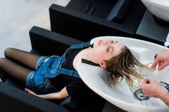 Уход за волосами в современном салоне курорта Мужской парикмахер моя предназначенные для подростков волосы девушки Стоковое Изображение