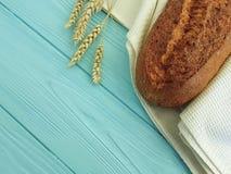Ухо хлеба полотенца на голубом деревянном питании печет здоровье ткани стоковые изображения