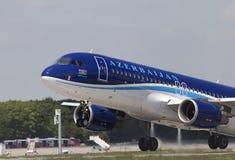 Уходя воздушные судн аэробуса A320-200 авиакомпаний Азербайджана Стоковая Фотография