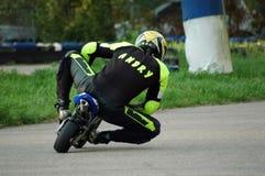 участвовать в гонке minibike i Стоковые Изображения