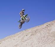 участвовать в гонке motocross стоковые фото