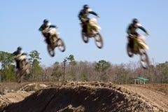 участвовать в гонке motocross Стоковые Изображения