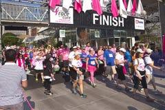 Участвуйте в гонке для события Портленда Орегона осведомленности лечения Стоковое фото RF