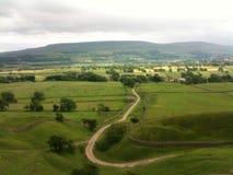 Участки земли Йоркшира в Wensleydale над виллой Стоковое Изображение RF