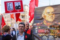 Участники бессмертного полка - общественного действия, во время которого участники снесли знамена/портреты стоковая фотография