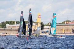 Участники весьма плавая катамаранов поступка 5 серии участвуют в гонке в Санкт-Петербурге, России Стоковые Изображения RF