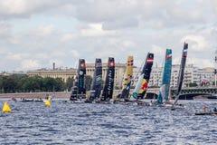 Участники весьма плавая катамаранов поступка 5 серии участвуют в гонке 1-ого-4 сентября 2016 в Санкт-Петербурге на исходном рубеж Стоковые Фото