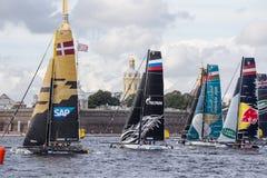 Участники весьма плавая катамаранов поступка 5 серии участвуют в гонке 1-ого-4 сентября 2016 в Санкт-Петербурге, России Стоковые Изображения RF