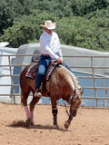 Участники в конноспортивных конкуренциях выполняют на ферме лошади Стоковое фото RF