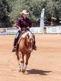 Участники в конноспортивных конкуренциях выполняют на ферме лошади Стоковые Фотографии RF