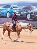 Участники в конноспортивных конкуренциях выполняют на ферме лошади Стоковое Изображение