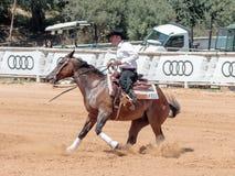 Участники в конноспортивных конкуренциях выполняют на ферме лошади Стоковая Фотография