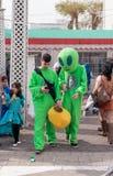 Участники в масленице в костюмах чужеземцев идут вдоль s Стоковые Изображения RF