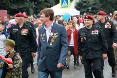Участники в столбце дня победы проходят парадом в Pyatigorsk, России стоковое изображение rf