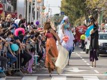 Участники ежегодной масленицы Adloyada идя на stiltParticipants ежегодной масленицы Adloyada идя на ходули, Стоковая Фотография