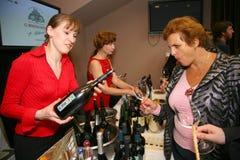 Участники и посетители к выставке дела изготовителей и поставщиков итальянских вин и еды vinitaly Стоковое Изображение RF