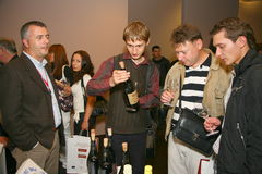 Участники и посетители к выставке дела изготовителей и поставщиков итальянских вин и еды vinitaly Стоковые Фотографии RF