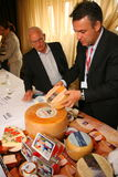 Участники и посетители к выставке дела изготовителей и поставщиков итальянских вин и еды vinitaly Стоковая Фотография