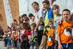 Участники конкуренций семьи взбираясь на церемонии открытия Стоковое Изображение RF