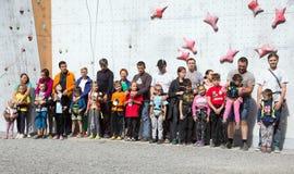 Участники конкуренций семьи взбираясь на церемонии открытия Стоковое фото RF