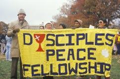 Участники марша задерживая знамя повышая стипендию Стоковое Изображение RF