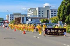 Участники марша Falun Dafa принимая участие в парад рождества в Rotorua, Новой Зеландии стоковые фотографии rf