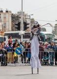 Участники на  Ñ arnival на ходулях идут вдоль улицы Стоковое Изображение RF