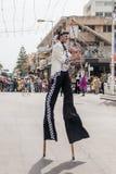 Участники на масленице на ходулях идут вдоль улицы Стоковое Изображение RF