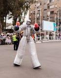 Участники на arnival  Ñ одетые в роботах идут вдоль st Стоковое Изображение RF