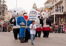 Участники одетые в больших раздувных костюмах идут вперед Стоковые Изображения RF