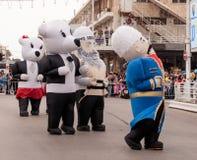 Участники одетые в больших раздувных костюмах идут вперед Стоковая Фотография RF