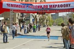 Участники спортсменов марафона Волгограда бегут через финишную черту Стоковые Фото