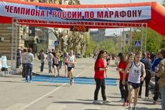 Участники спортсменов марафона Волгограда бегут через финишную черту Стоковое Изображение RF