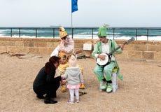 Участники фестиваля одетые как клоуны играя зашнурованное inst Стоковое Изображение