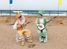Участники фестиваля одетые как клоуны играя зашнурованное inst Стоковые Изображения RF