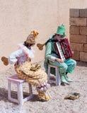 Участники фестиваля одетые как клоуны играя зашнурованное inst Стоковое Фото