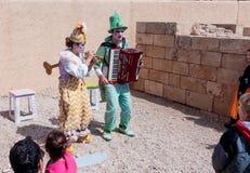 Участники фестиваля одетые как клоуны играя зашнурованное inst Стоковые Фотографии RF