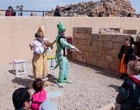 Участники фестиваля одетые как клоуны играя зашнурованное inst Стоковая Фотография