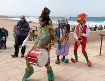 Участники фестиваля одетые как клоуны играя музыкальное instr Стоковая Фотография RF