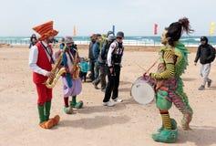 Участники фестиваля одетые как клоуны играя музыкальное instr Стоковое Изображение