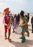 Участники фестиваля одетые как клоуны играя музыкальное instr Стоковые Изображения