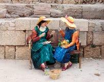 Участники фестиваля одетые как художник на стенде и краске Стоковое Фото