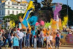 Участники фестиваля цветов Holi совместно бросили краску, Чебоксар, республику Chuvash, Россию 06/01/2016 Стоковое фото RF