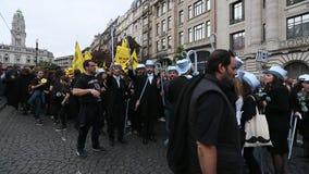 Участники Queima Das Fitas проходят парадом - традиционное праздненство студентов португальских университетов акции видеоматериалы
