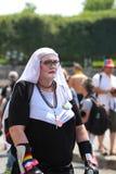 Участник парада гей-парада на месте конкорда в Париже, Франции стоковые изображения